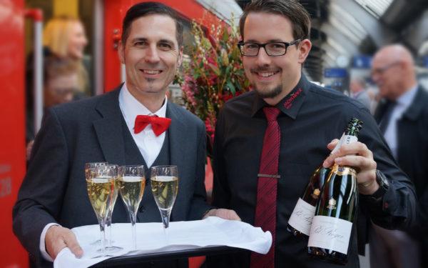 Service Mitarbeiter Elvetino mit Quirin Schaer Geschäftsführer Mövenpick Weinbar und Restaurant 20/20 by Mövenpick Wein